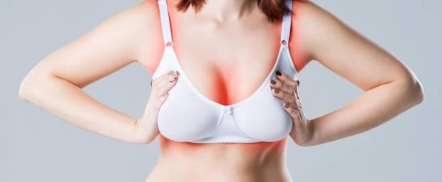 Frau mit Schmerzen wegen zu großer Brust