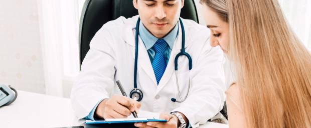Frau im Beratungsgespräch mit Arzt