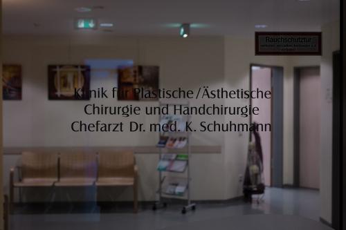 , Dr. med. Karl Schuhmann, Evangelisches Krankenhaus Hattingen, Klinik für Plastische/Ästhetische Chirurgie & Handchirurgie, Hattingen, Facharzt für Plastische und Ästhetische Chirurgie